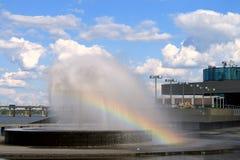 Fuente con el arco iris contra el contexto de nubes hermosas, Dnepropetrovsk, Ucrania Imágenes de archivo libres de regalías