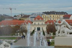 Fuente con el belvedere más bajo en el fondo, Viena imágenes de archivo libres de regalías