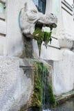 Fuente con la estatua del monstruo Fotos de archivo libres de regalías