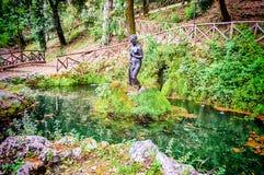 Fuente con la estatua femenina dentro del chalet Vecchia, Cosenza, I Imagen de archivo