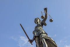 Fuente con la justicia de la señora en Francfort imagen de archivo libre de regalías
