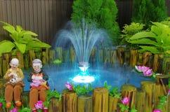 Fuente con la luz en mini jardín Foto de archivo