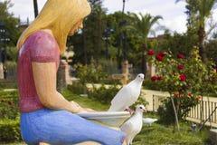 Fuente con las palomas en el parque Fotos de archivo