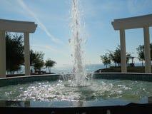 Fuente con los arcos delante del mar Imagen de archivo