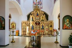 Fuente con un púlpito, un iconostasio y el altar de la iglesia ortodoxa rusa Imagenes de archivo