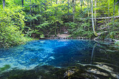 Fuente de agua clara y hermosa fotos de archivo
