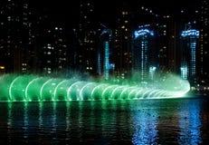 Fuente de agua coloreada en la noche Fotos de archivo libres de regalías