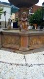 Fuente de agua con las estatuas de piedra imágenes de archivo libres de regalías