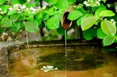 Fuente de agua de bambú tradicional imagen de archivo