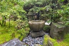 Fuente de agua de Tsukubai en el jardín japonés Imagen de archivo
