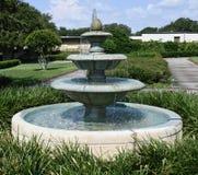 Fuente de agua del campus fotos de archivo libres de regalías