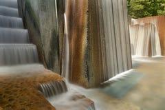 Fuente de agua del parque público con pasos de la escalera fotos de archivo
