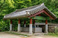 Fuente de agua del templo foto de archivo