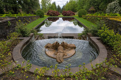 Fuente de agua del trío de los delfínes en jardín del renacimiento Imágenes de archivo libres de regalías