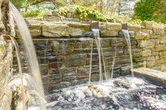 Fuente de agua en el edificio de piedra imagenes de archivo