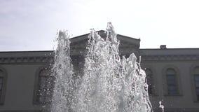 Fuente de agua en el jardín de la mansión - cámara lenta 1000 de los fps almacen de metraje de vídeo
