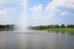 Fuente de agua en el lago Fotografía de archivo libre de regalías