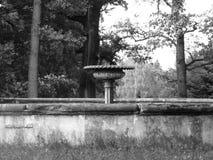 Fuente de agua en el parque en la primavera - blanco y negro Foto de archivo