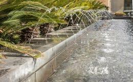 Fuente de agua en jardín Imágenes de archivo libres de regalías