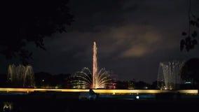 Fuente de agua en la noche, Kolkata, la India almacen de video