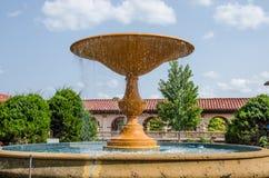 Fuente de agua hermosa en un jardín de flores Fotos de archivo