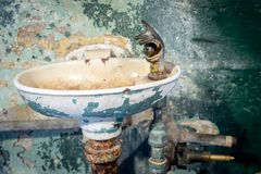 Fuente de agua muy vieja con muchas capas de pintura de la peladura Fotografía de archivo