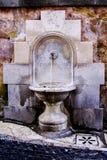 Fuente de agua de piedra de la decoración Fuente del agua potable Foto de archivo