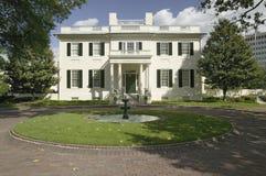 Fuente de agua y la mansión de Virginia Governor Imagenes de archivo