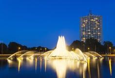 Fuente de Aquisgrán Europaplatz en la noche fotografía de archivo libre de regalías