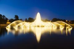 Fuente de Aquisgrán Europaplatz en la noche foto de archivo