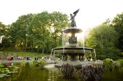 Fuente de Bethesda en Central Park, hecho excursionismo por el sol de la última hora de la tarde foto de archivo libre de regalías