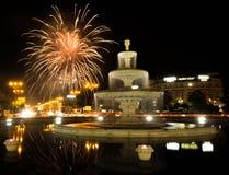 Fuente de Bucarest Unirii con los fuegos artificiales Imágenes de archivo libres de regalías