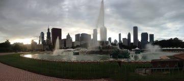 Fuente de Buckingham con Chicago en el horizonte foto de archivo libre de regalías