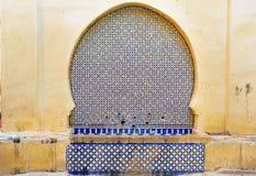 Fuente de consumición ornamental en Medina de Fes marruecos Imágenes de archivo libres de regalías
