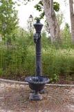 Fuente de consumición retra negra del agua en un parque público Imagen de archivo libre de regalías