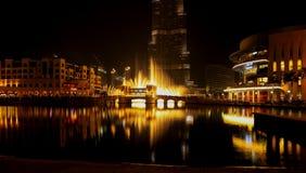 Fuente de Dubai en la noche Fotos de archivo