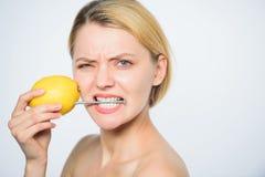 Fuente de energ?a y vitalidad Piel sana energía de la muchacha con la carga del limón Recargue sus vitaminas del cuerpo Fruta fre fotos de archivo