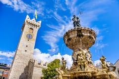 Fuente de Fontana del Nettuno Neptuno en Trento y el Torre C foto de archivo libre de regalías