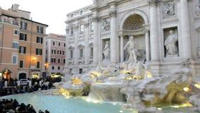 Fuente de Fontana di Trevi en Roma - la cámara critica a la derecha de edificios a la fuente almacen de metraje de vídeo