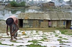 Fuente de ingresos y contaminación de la curtiduría en Dacca imágenes de archivo libres de regalías