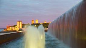 Fuente de la ciudad en la puesta del sol Revestimientos del tiempo almacen de metraje de vídeo
