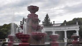 Fuente de la ciudad en un parque público en tiempo nublado