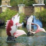 Fuente de la forma de los pescados en el parque público Fotografía de archivo