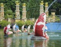 Fuente de la forma de los pescados en el parque público Foto de archivo libre de regalías