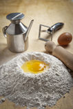 Fuente de la harina para las pastas y los postres Imagenes de archivo