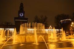 Fuente de la noche de Milano Fotos de archivo