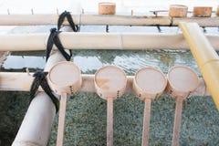 Fuente de la purificación con las cucharones de madera en el templo de Shitennoji fotografía de archivo libre de regalías