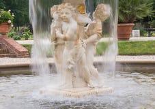 Fuente de la querube con fluir borroso del agua Fotografía de archivo libre de regalías