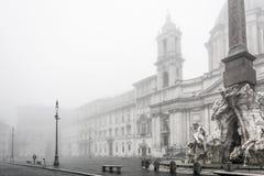 Fuente de los cuatro ríos en la plaza Navona envueltos en niebla imagen de archivo