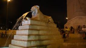 Fuente de los leones en la opinión de la noche de Roma almacen de metraje de vídeo